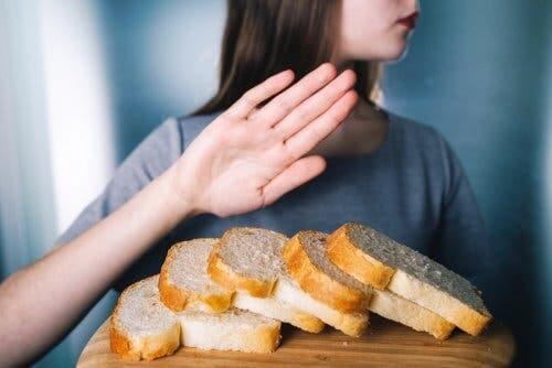 Ragazza allontana il pane con la mano