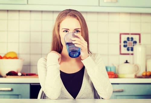 Ragazza beve dal bicchiere