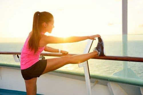 Trattare la bronchite con l'esercizio: ragazza esegue stretching