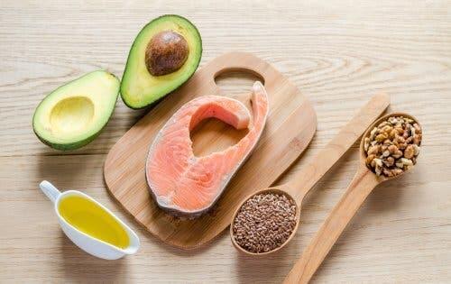 Fonti di lipidi: salmone, avocado, olio e semi