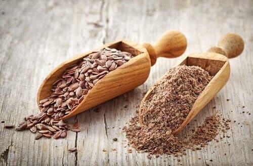 I semi di lino sono molto utili per regolare il colesterolo alto