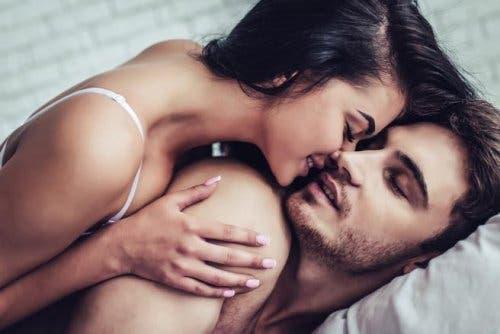 Coppia che fa sesso mattutino