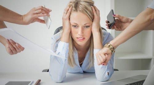 Donna stressata dalle troppe richieste
