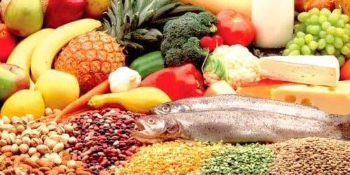tavola con alimenti fonti dei 5 nutrienti essenziali