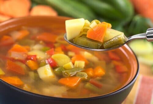 Zuppa di verdura per perdere peso in modo sano