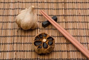 L'aglio nero è utile per abbassare il colesterolo