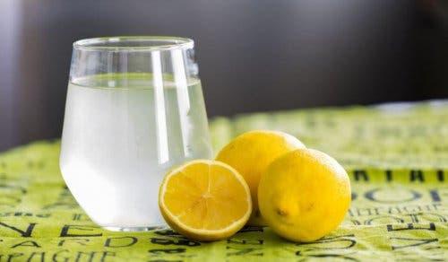 Acqua e limone per trattare la indigestione