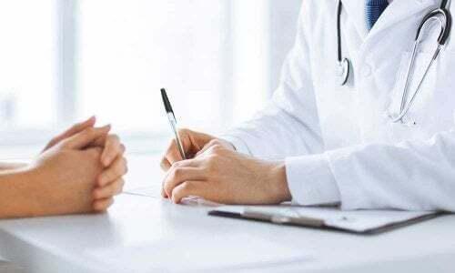Visita medica per la diagnosi del gomito del tennista.