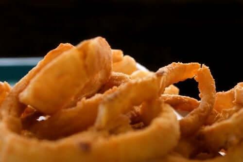 Gli anelli di cipolla: 3 ricette facili e sfiziose