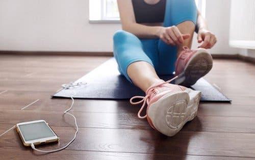 Donna che si prepara all'attività fisica