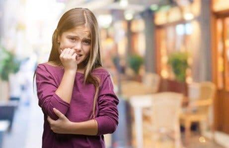 Mordersi le unghie può essere il sintomo di ansia o tensione.