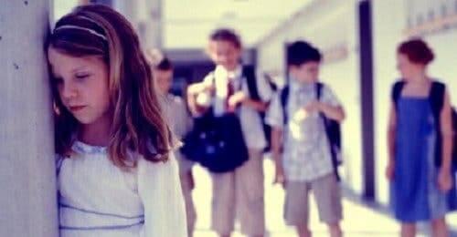 Bambina con ansia sociale