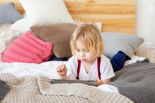 Bambina che usa il tablet.