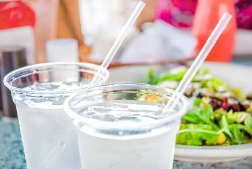 Bicchieri con cannucce e ghiaccio