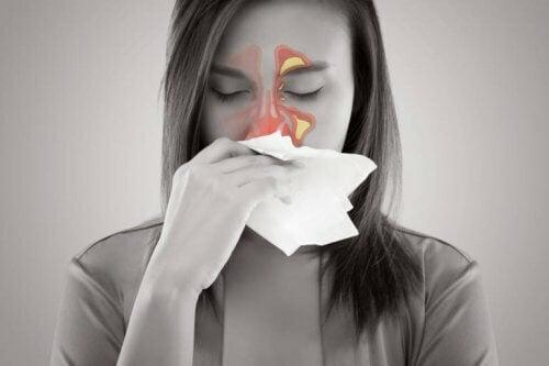 Donna con congestione nasale.