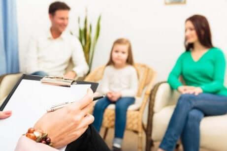 Coppia con bambina durante il divorzio congiunto.