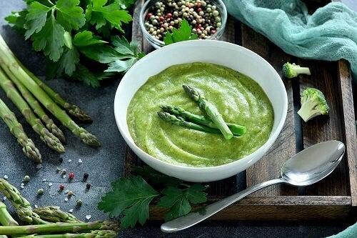 La vellutata di asparagi: piatto vegetariano e sano