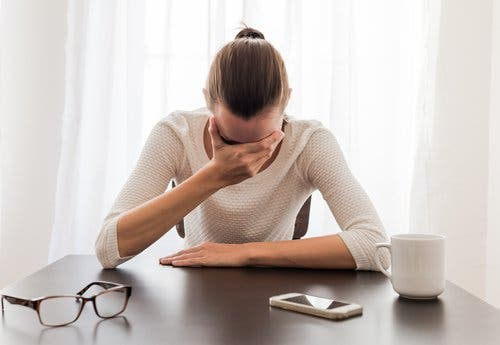 Donna con una crisi di ansia