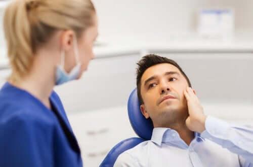 Uomo che si sottopone a visita dal dentista.