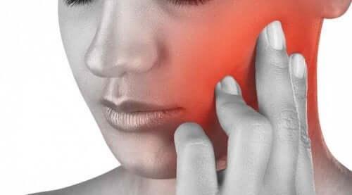 Donna con dolore a mandibola e denti.