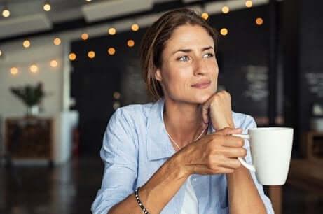 Donna con tazza in mano.