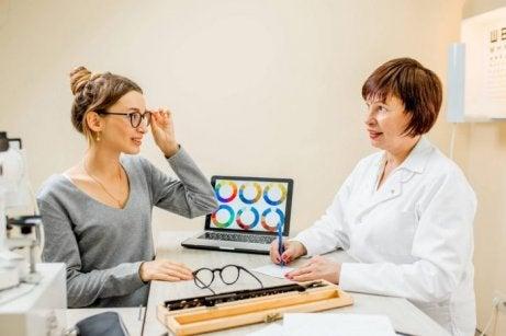 Donna si sottopone a esame della vista per valutare percezione cromatica insufficiente