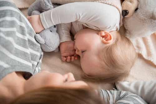 Dormire con la mamma fa bene ai bambini?