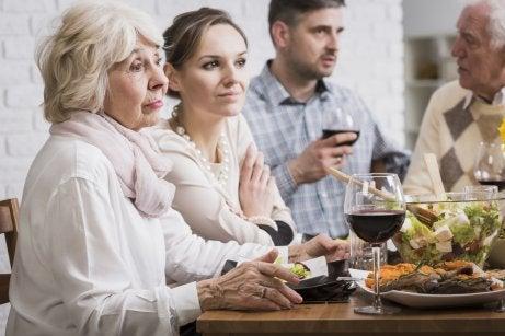 Andare di accordo con i suoceri è importante per la coppia.