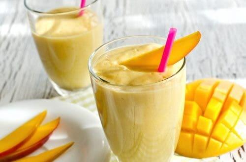 Bevanda con mango e curcuma.