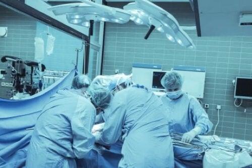 Intervento chirurgico per rimuovere le esostosi.