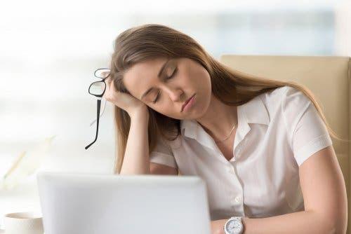 Donna stanca davanti al computer
