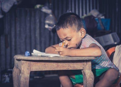 Bambino povero a scuola