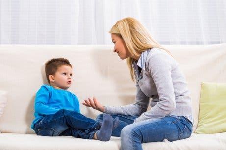 Madre che spiega al figlio le conseguenze dell'onicofagia.