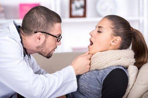 Donna dal medico per il mal di gola.