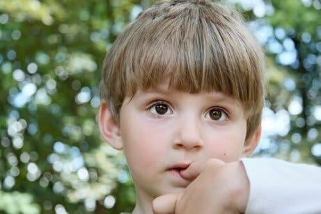Aiutare i bambini a smettere di mangiare le unghie.