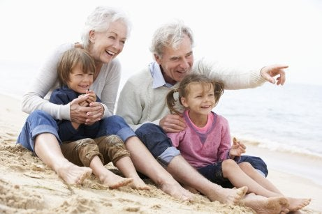 Nonni in spiaggia con i nipoti.