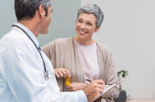 Donna dal medico per prevenire le conseguenze della osteoporosi