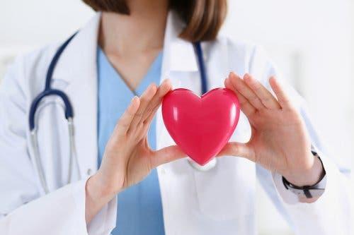 Medico con cuore in mano