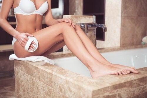 Rassodare la pelle e ridurre la cellulite: 11 consigli
