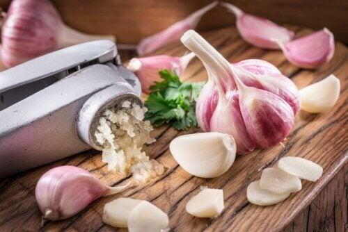 Abbassare il colesterolo con l'aglio: 3 rimedi naturali