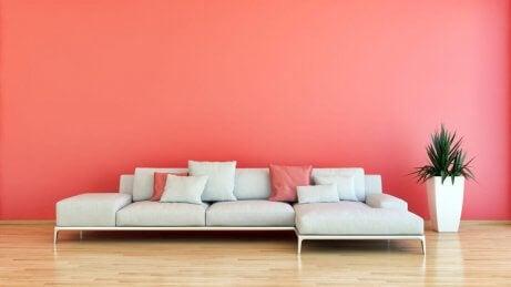 Salotto con parete color corallo.