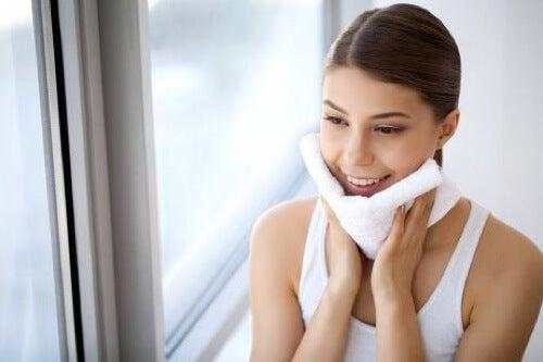 Detergere la pelle del viso