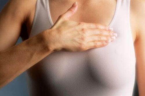 Donna con tumore al seno
