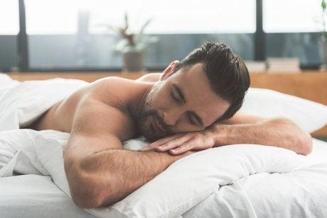 Uomo che dorma sulla pancia e curiosità sui sogni.