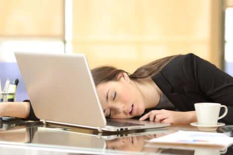 Ragazza che soffre di narcolessia e dorme davanti al computer.