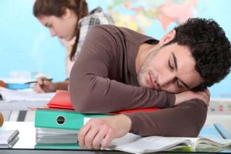 Ragazzo che dorme in classe.