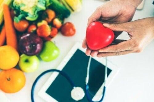 Mangiare sano per proteggere la salute del cuore.