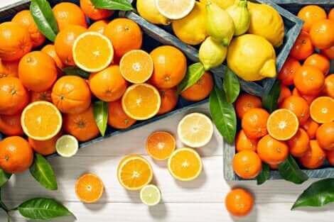 Arance e limoni sono fonte di vitamina C.