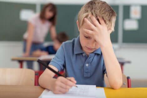 La emicrania nei bambini può compromettere il loro rendimento scolastico.