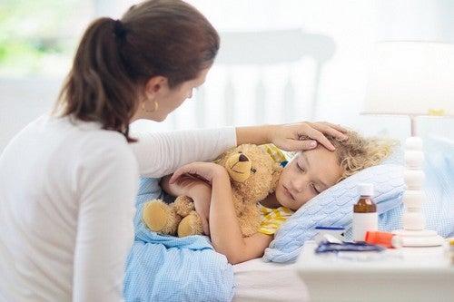 Mamma che accudisce il figlio malato.